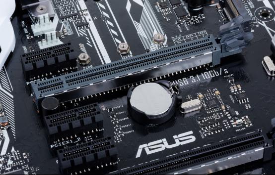 SAFE SLOT金属加固的显卡插槽,立式安装超重显卡无压力 华硕的大师系列是相当经典的主力产品线,新的大师系列Z270主板也继承了这一系列的传统,并且在个性化方面做得更为出色。 新的大师系列Z270主板目前包括了5款产品,分别是PRIME Z270-A、PRIME Z270-AR、PRIME Z270-K、PRIME Z270-P、PRIME Z270M-PLUS。其中PRIME Z270-A和PRIME Z270-AR定位相对高端,支持特别的超频设计和5重优化,带有双M.